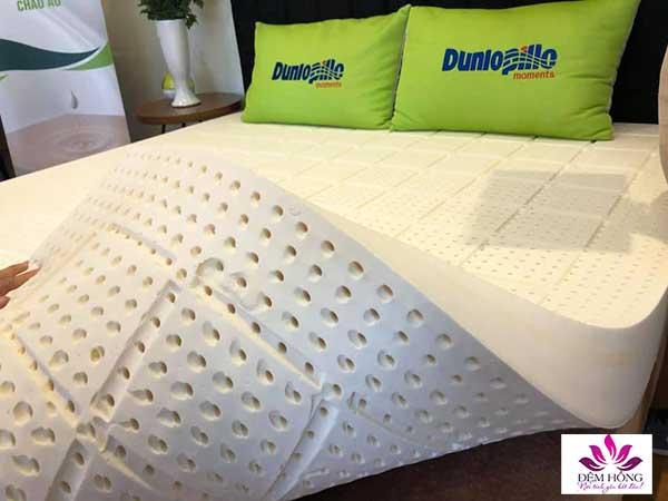 Lõi cao su thiên nhiên Dunlopillo cao cấp, với đường kính lỗ thông hơi 7mm, 650 lỗ/ 1 mét vuông thông thoáng khí có thể dùng cả 2 mặt.