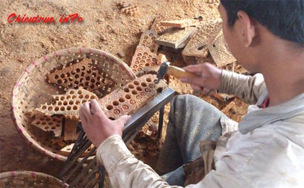Công đoạn đục hạt chiếu gỗ